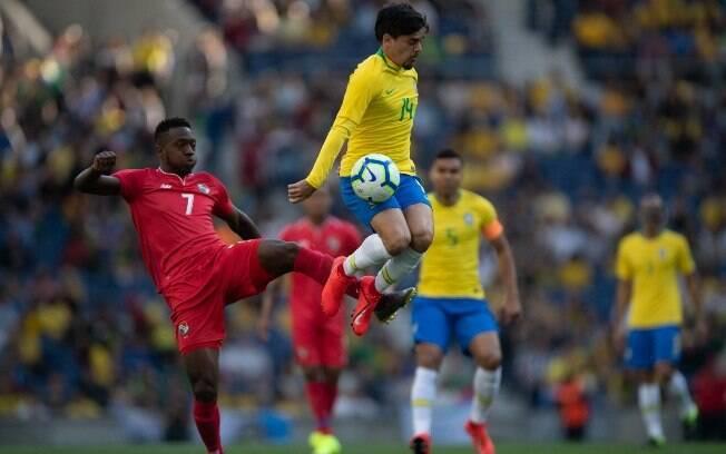 Fagner em ação pela seleção brasileira contra o Panamá