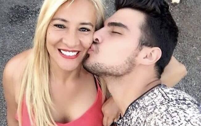 Sônia Aparecida Ferreira com o filho