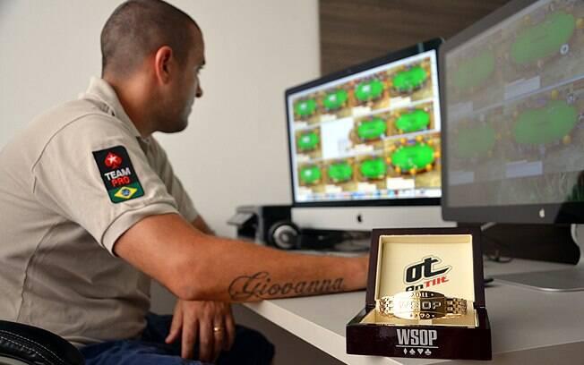 Em dois monitores, Akkari joga até 18 partidas de pôquer online ao mesmo tempo