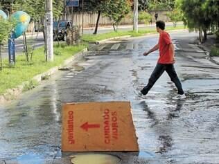 Rua do Rosário, no Angola, é uma das que sofrem com bueiros entupidos