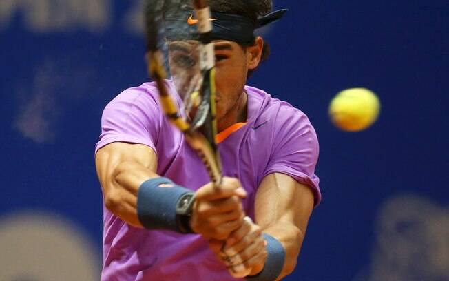 O tenista espanhol Rafael Nadal devolve uma  bola durante a final do Brasil Open, no  Ibirapuera