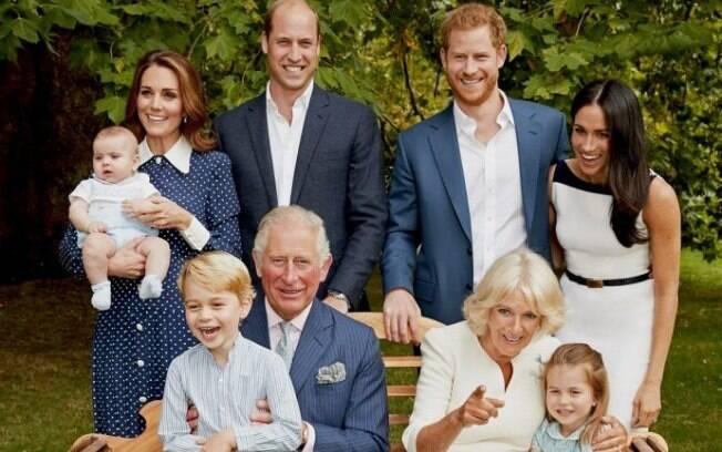 Príncipe Charles com a esposa, filhos, noras e netos