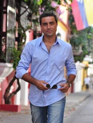 Vicente (Ricardo Pereira) anda pelas ruas do centro histórico de Cartagena