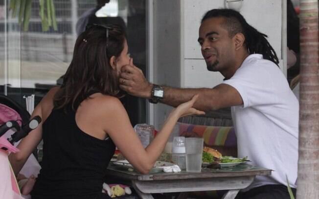 Tania Khalill e Jair Oliveira: carinhos e abraços