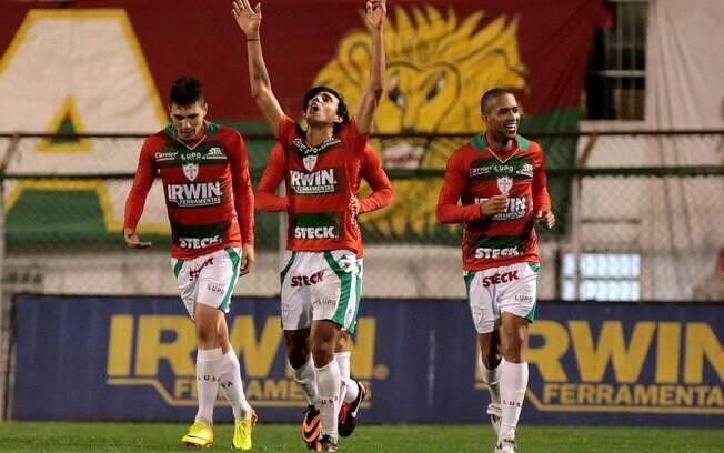 Diogo e seus companheiros da Portuguesa  celebram o gol da vitória sobre o São Paulo