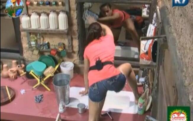 Taciane Ribeiro limpou o espelho sobre a pia na casa da Roça