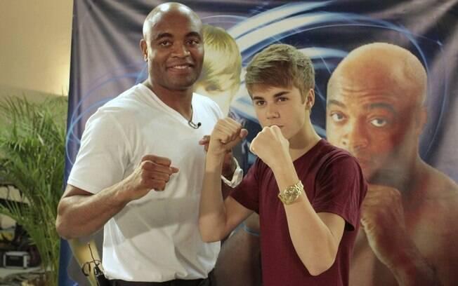 Anderson Silva posa ao lado de Justin Bieber,  que sempre disse ser grande fã do lutador