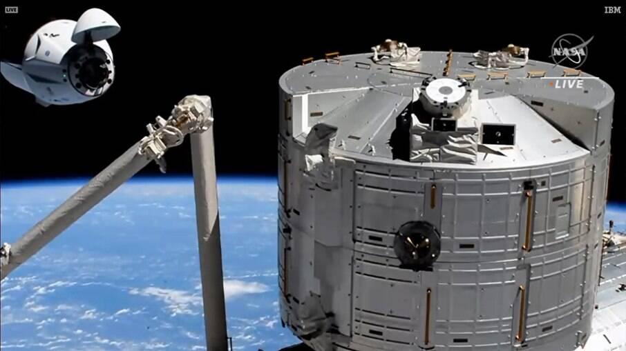 Astronautas foram recebidos por equipe que já estava na ISS