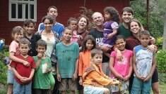"""Mãe de 13 filhos adotivos: """"Não viveriam se não estivessem aqui"""""""