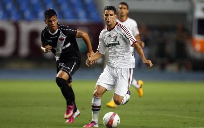 Thiago Neves é cercado por Bernardo durante o  jogo entre Vasco e Fluminense no Engenhão
