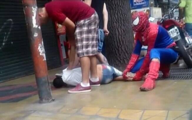 Homem-aranha impede assaltante de cometer crime na Argentina