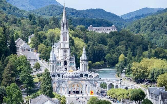 A principal catedral de Lourdes foi construída em cima de uma gruta, onde Nossa Senhora teria aparecido