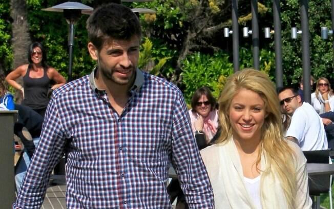 Parece que Shakira e o namorado, o futebolista Gerard Pique, já não se incomodam mais com os flashs flagrando o relacionamento do casal