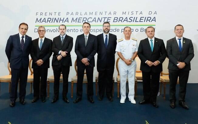 Presidente posa durante lançamento da Frente Parlamentar Mista da Marinha Mercante, no Clube Naval, em Brasília