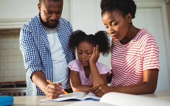 Fazer o filho estudar em casa nem sempre é uma tarefa fácil, mas os pais podem ajudar, e muito