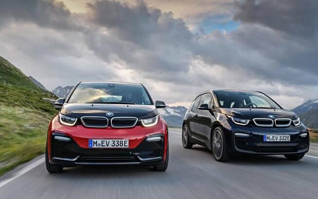 BMW i3s (à esquerda), e a versão convencional. Ambas passam a contar com retoques no desenho  na linha 2018