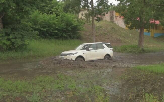 Capacidade para enfrentar trechos alagados ele tem, só precisa saber que, se parar de acelerar, o carro afunda na lama
