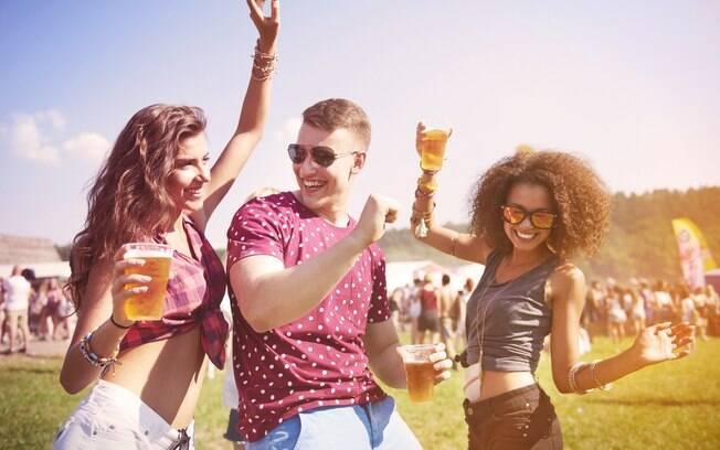 Abusar das bebidas alcoólicas é algo comum no carnaval, mas é preciso sempre se hidratar enquanto bebe