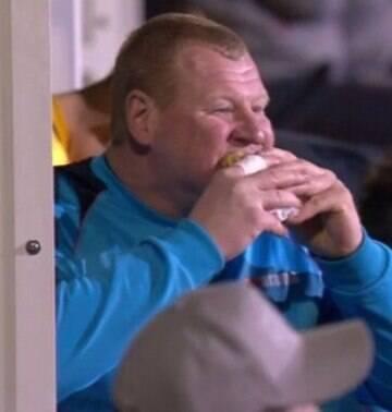 Goleiro de 120 kg que comeu torta no jogo contra o Arsenal será investigado