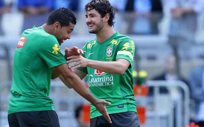 Alexandre Pato brinca com André Santos antes  do treino da seleção brasileira