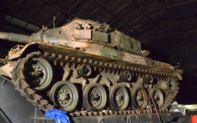 Policiais militares da Rota apreenderam dois tanques de guerra em um galpão em São Paulo