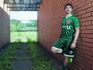 'Detido'. O volante César Romero, capitão do Ipatinga, espera liberação para jogar no Paraná