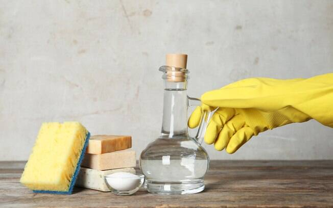 Especialista fala sobre o uso do vinagre da limpeza da casa e faz alguns alertas para quem costuma usar o produto