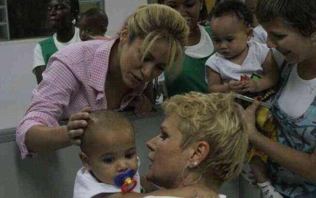 Xuxa e Shakira em creche do Rio de Janeiro
