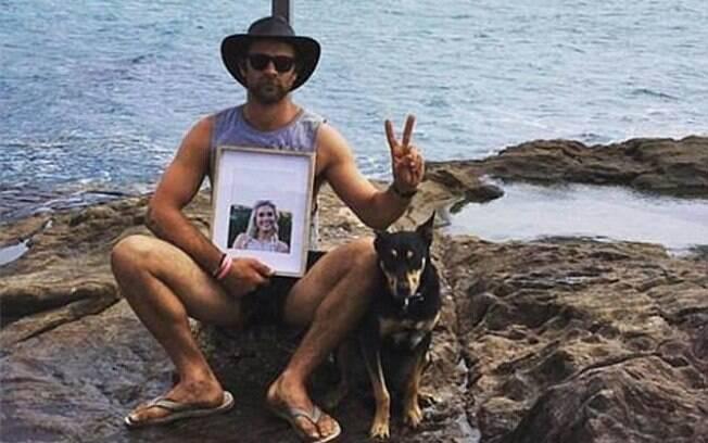 Após perder parceira para um câncer, Ben fez a viagem de lua de mel com foto dela