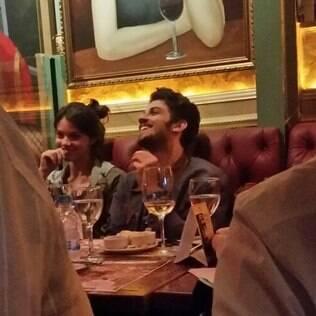 Chay Suede e Laura Neiva curtem noite juntos em restaurante de São Paulo