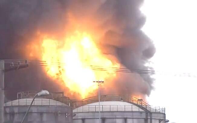 Incêndio atinge tanques na área industrial da Alemoa, em Santos