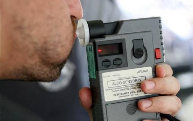Se motorista for flagrado com índice igual ou superior a 0,34 miligramas de álcool por litro no sangue, pode pegar de seis meses a três anos de prisão