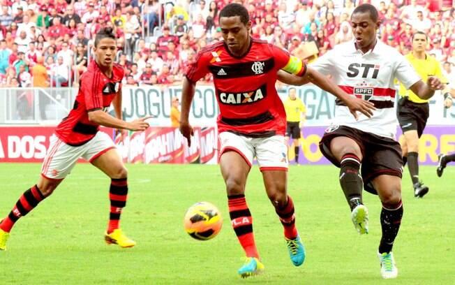 Elias protege a bola da marcação de  Wellington em ataque do Flamengo