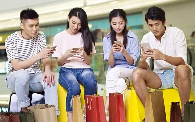 pessoas no celular