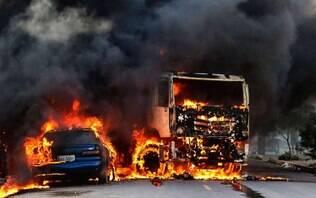 Criminosos explodem viaduto e queimam ônibus na 10ª noite de ataques no Ceará