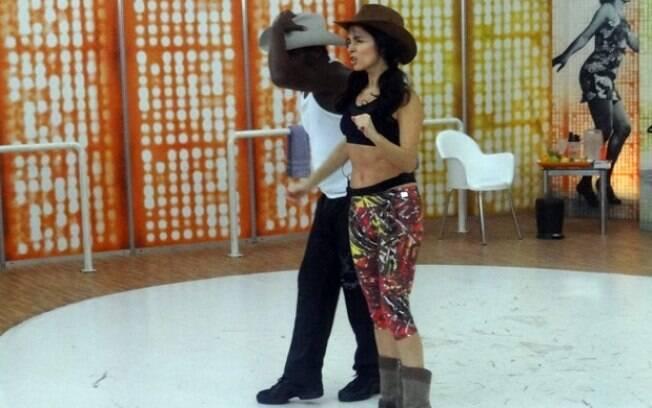 Claudia Ohana ensaia ritmo sertanejo com o professor Patrick