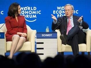 Schimdt (à esquerda) com Sheryl Sandberg, do Facebook, durante palestra em Davos