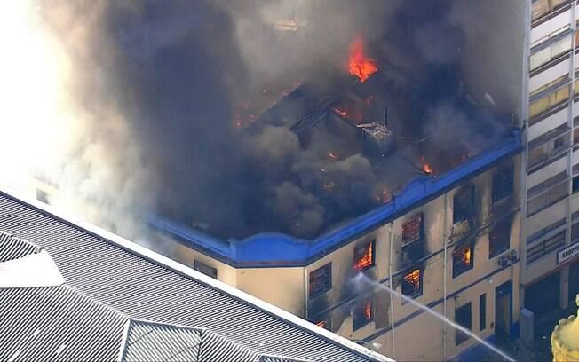 Incêndio atingiu fábrica de tecidos próxima a rua 25 de março no Centro de São Paulo, região de comércio popular muito povoada na época de Natal