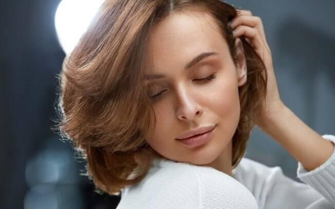 Para conseguir o tom 'limpo' do cabelo castanho, a dica é aplicar pigmentos base antes da tinta. Assim, você neutraliza o loiro