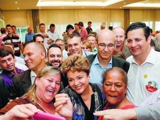 Selfies. Durante reunião com prefeitos aliados em Florianópolis, Dilma tirou várias fotos