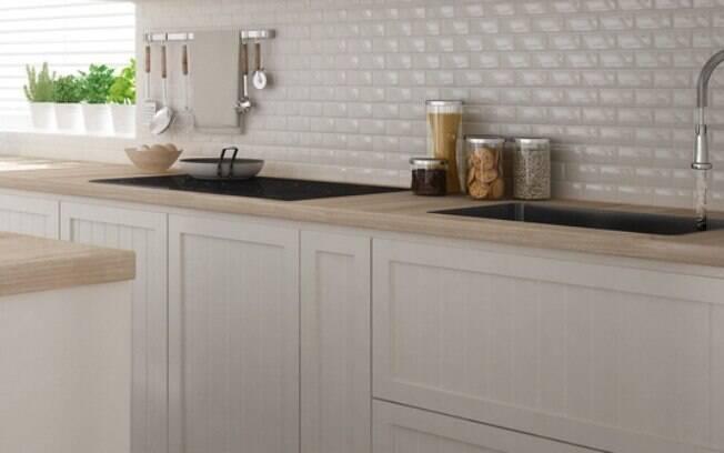 A cor de todo o cômodo, inclusive dos móveis planejados para cozinha, pode ser escolhida de acordo com a preferência dos moradores; a dica é apostar em duas cores ou, ainda, trazer o tom amadeirado para compor o ambiente