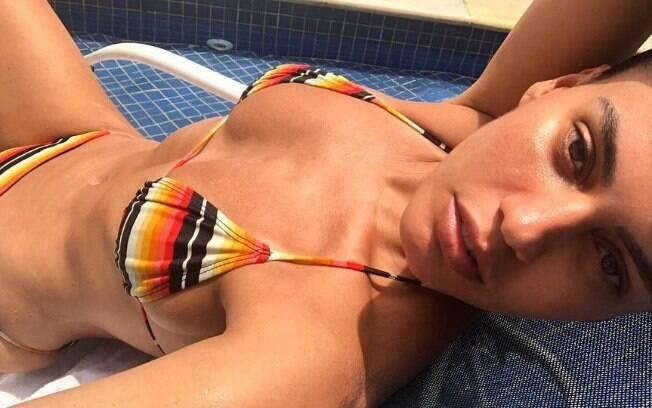 Letícia Lima surpreende fãs ao exibir corpo sexy coberto apenas por um biquíni