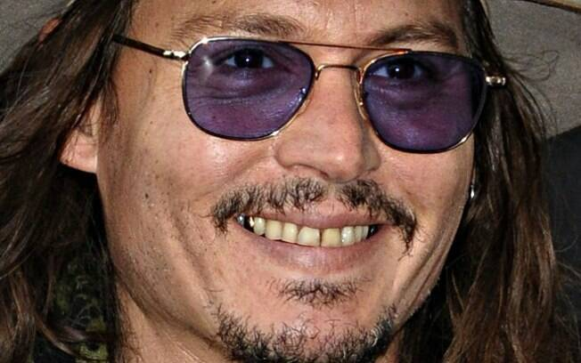 Johnny Depp sempre chamou atenção pelo sorriso amarelado
