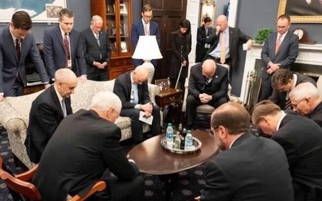 Escolhido por Trump para comandar grupo de combate ao coronavírus, Pence foi flagrado rezando com o restante da equipe