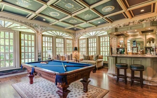 Apesar de ter sido reformada pelos atuais donos, ambientes como o salão de bilhar com bar ainda estão lá