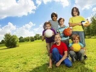 Brincar ao ar livre diminuiu incidência de miopia em crianças, diz pesquisa