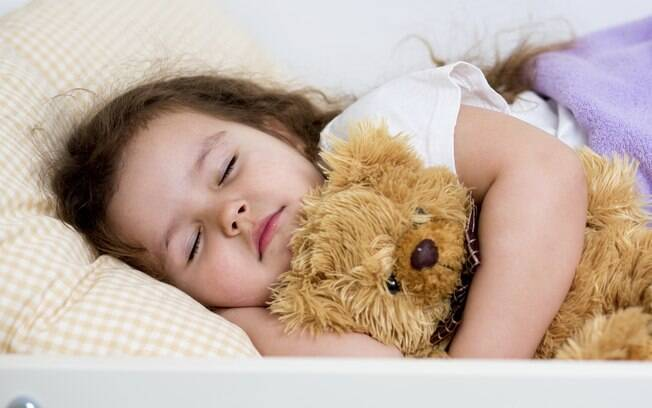 """""""À medida que o bebê cresce, espera-se que seu sono diurno vá diminuindo e os despertares noturnos também"""