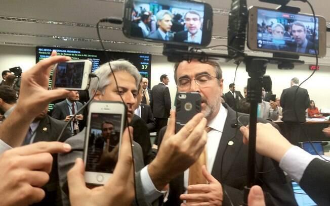 Alessandro Molon (Rede) e Henrique Fontana (PT) compartilham live durante votação na Câmara