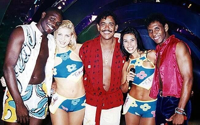 Sheila Mello em seus tempos de 'É o Tchan', ao lado de Jacaré, Compadre Washington, Scheila Carvalho e Beto Jamaica