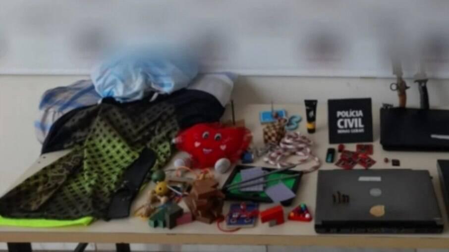 Brinquedos usados para atrair as crianças foram encontrados na casa do suspeito